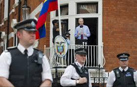 La policía británica custodia constantemente la sede de al Embajada ecuatoriana donde se encuentra asilado Assange. Foto EFE reproducida por medios de todo el mundo.